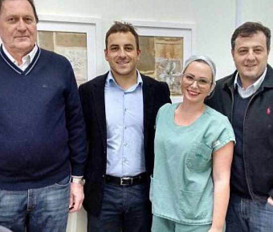 Especialistas em cirurgia do quadril participam de procedimento no Hospital Unimed